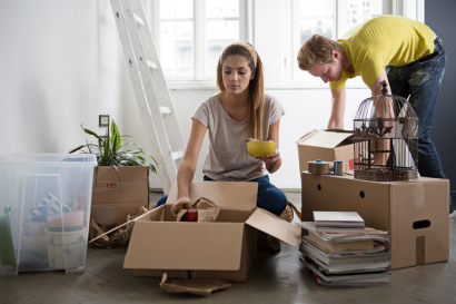 April2015-Trulia-10-Costly-Selling-Mistakes-To-Avoid-couple-packing-home
